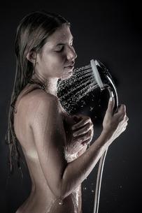 Woman in showerの写真素材 [FYI03506855]