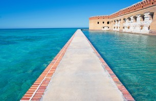 Footpath, Fort Jefferson, Dry Tortugas National Park, Floridの写真素材 [FYI03506885]