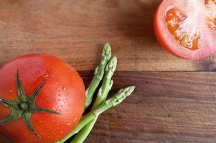 Tomato and asparagus, high angleの写真素材 [FYI03507038]