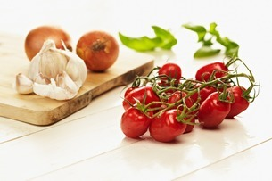 Cherry tomatoes, garlic and onion still lifeの写真素材 [FYI03507148]