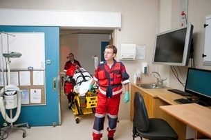 Paramedics moving patient to emergency room in hospitalの写真素材 [FYI03507438]
