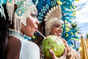 Samba dancers in costume, drinking coconut drinks, Ipanema Bの写真素材 [FYI03507751]