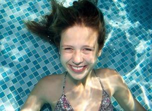 Girl underwater in swimming poolの写真素材 [FYI03507928]