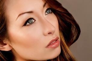 Studio portrait of brunette woman looking awayの写真素材 [FYI03508048]