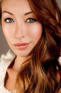 Studio portrait of brunette woman looking at cameraの写真素材 [FYI03508050]