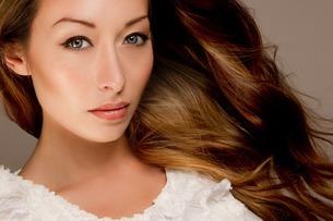 Studio portrait of brunette woman looking at cameraの写真素材 [FYI03508051]
