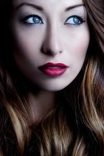 Portrait of brunette woman looking sidewaysの写真素材 [FYI03508058]
