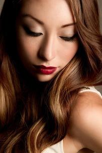 Portrait of brunette woman looking downの写真素材 [FYI03508062]