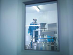 Worker mixing ingredients in pharmaceutical factoryの写真素材 [FYI03508089]