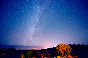 Stars in night sky, Moab, Utah, USAの写真素材 [FYI03508188]