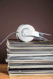 Stack of vinyl records with headphonesの写真素材 [FYI03508199]