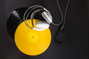 Vinyl record, headphones and mp3 playerの写真素材 [FYI03508202]