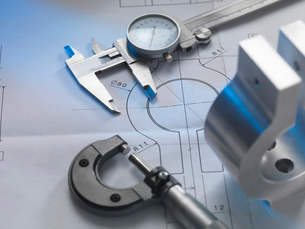 Engineering drawing with product, micrometer and calipersの写真素材 [FYI03508232]