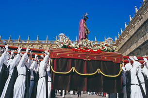 Penitents lifting up Jesus Christ statue during Holy week celebration, Salamanca, Castilla Leon, Spaの写真素材 [FYI03508426]