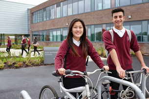 Teenager friends with cycles outside schoolの写真素材 [FYI03508472]