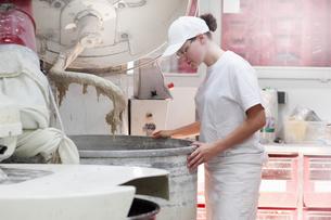 Baker looking into mixerの写真素材 [FYI03508805]