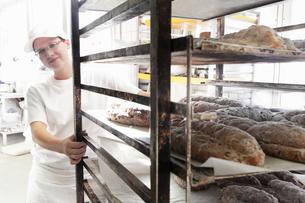 Baker pulling trolley of breadの写真素材 [FYI03508817]
