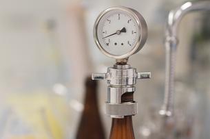 Pressure gauge in breweryの写真素材 [FYI03509069]