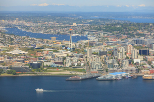 Aerial view of Seattle Waterfront, Lake Union and Cascade Mountains, Washington Stateの写真素材 [FYI03509551]