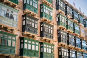Typical balconies, Valletta, Maltaの写真素材 [FYI03509638]