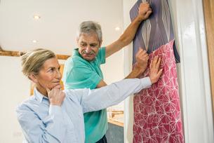 Senior couple making decision on wallpaperの写真素材 [FYI03509741]