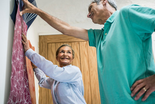 Senior couple making decision on wallpaperの写真素材 [FYI03509743]