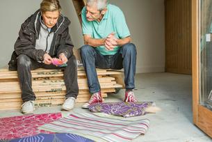 Senior couple making decision on wallpaperの写真素材 [FYI03509744]