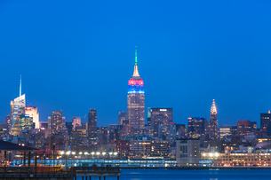 View of waterfront and New York skyline at duskの写真素材 [FYI03509770]