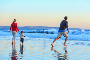 Family and toddler son playing on beach, San Diego, California, USAの写真素材 [FYI03509880]