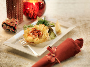 Queen scallops gratin with calabrian sausage on a mashed potato filled scallop shell amongst festiveの写真素材 [FYI03510035]