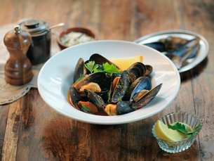Fresh mussels with garlic, chillies, white wine, parsley and tomato sauceの写真素材 [FYI03510037]