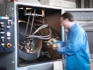 Worker shot blasting springs in laboratoryの写真素材 [FYI03510057]