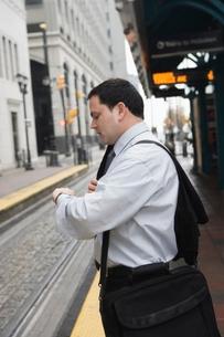 Businessman commuting to workの写真素材 [FYI03510214]