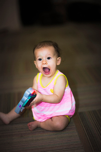 Toddler girl sitting on floor with toyの写真素材 [FYI03510455]