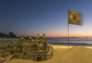 Sandcastle and Brazilian flag on Copacabana beach, Rio De Janeiro, Brazilの写真素材 [FYI03511093]