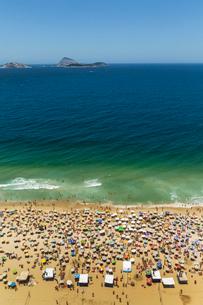 Ipanema beach and holiday crowds, Rio De Janeiro, Brazilの写真素材 [FYI03511098]