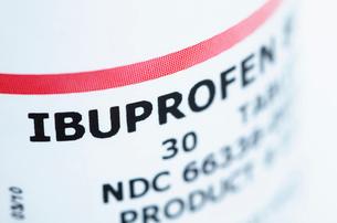 Close up of ibruprofen bottle labelの写真素材 [FYI03511132]