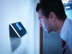 Businessman using face recognition system for office securityの写真素材 [FYI03511273]