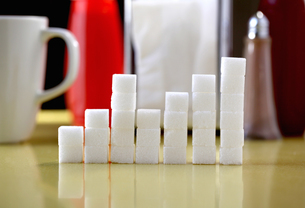 Sugar lumps stacked in shape of graphの写真素材 [FYI03511639]