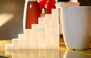 Sugar lumps stacked in shape of graphの写真素材 [FYI03511640]