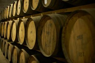 Stack of Scottish whisky barrelsの写真素材 [FYI03511676]