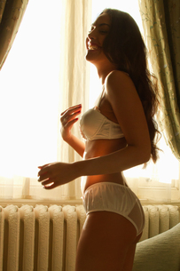 Portrait of young woman in underwear laughingの写真素材 [FYI03511992]