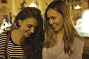 Two young women tourists, Plaza de la Virgen, Valencia, Spainの写真素材 [FYI03512033]