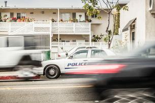 Blurred motion shot of speeding police carの写真素材 [FYI03512151]
