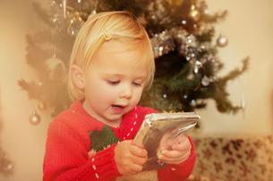 Baby girl with Christmas presentの写真素材 [FYI03512369]