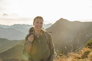 Portrait of a mid adult woman backpacker, Achensee, Tyrol, Austriaの写真素材 [FYI03512537]