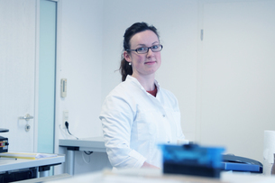 Portrait of young female scientist in laboratoryの写真素材 [FYI03512577]