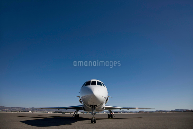 Stationary private jet on airfield tarmacの写真素材 [FYI03512669]