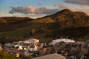 View of the Scottish Parliament and the Old Town of Edinburgh, Scotlandの写真素材 [FYI03512691]