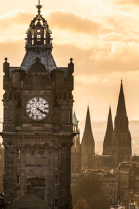 View of Princes Street in Edinburgh from Calton Hill. Balmoral Hotel clock on leftの写真素材 [FYI03512715]
